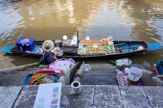 Owoce morza na łodzi przy amphawa spławowym rynkiem w tajlandia