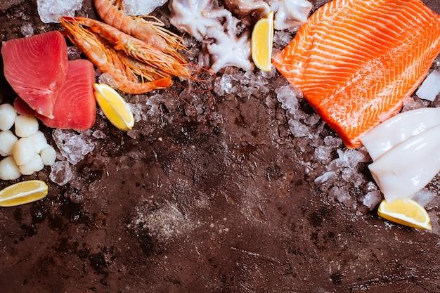 Owoce morza na lodzie, obramowany widok z góry z pustym miejscem na tekst