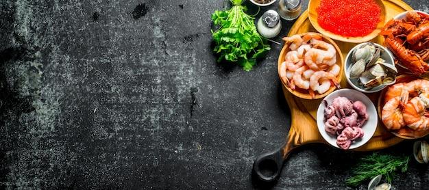 Owoce morza. ośmiornica, raki, ostrygi, krewetki z przyprawami i natką pietruszki.