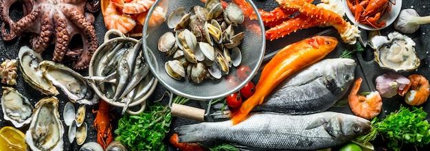 Owoce morza. ostrygi, świeże ryby, krewetki, kraby z aromatycznymi ziołami.