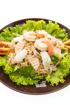 Owoce morza pikantna kluski sałatka z tajlandzkim stylem