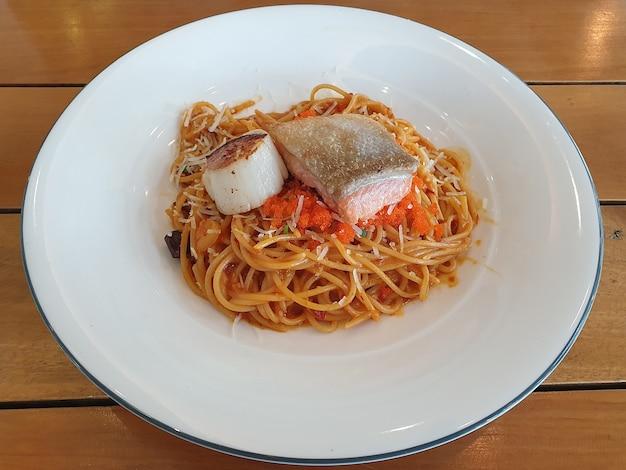 Owoce morza spagetti ryby i przegrzebki