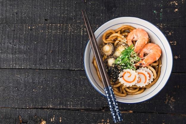 Owoce morza udon ramen - japoński smak