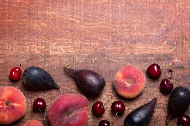Owoce na ciemnym drewnianym stole z miejsca kopiowania