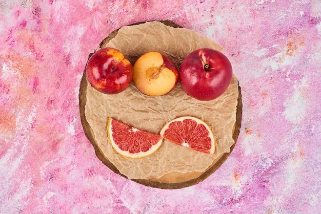 Owoce na drewnianym talerzu.
