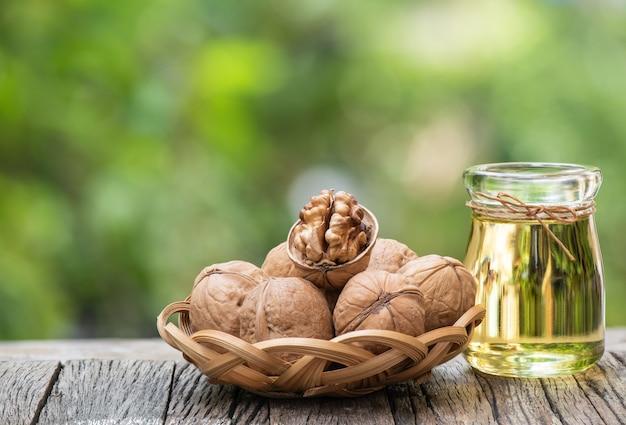 Owoce orzecha włoskiego i olej na powierzchni natury.