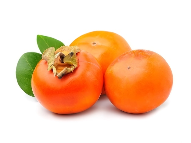 Owoce persimmon na białym tle.