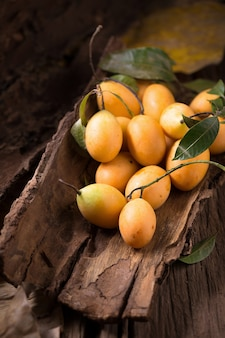 Owoce plango lub marian plum tropikalne owoce azji południowo-wschodniej