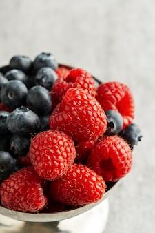 Owoce pod dużym kątem w misce