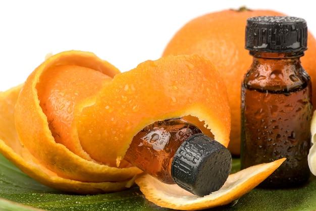 Owoce pomarańczy, skórki i ekstrahowane na białym tle