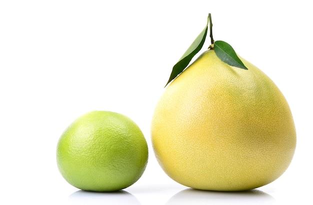 Owoce pomelo na białej przestrzeni