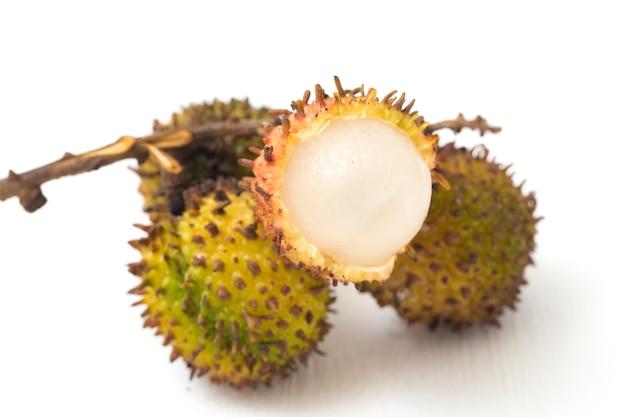 Owoce rambutan na białym tle
