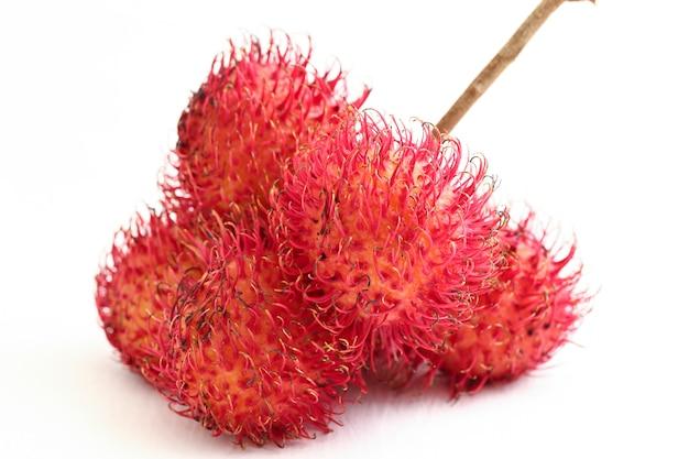 Owoce rambutana na białej przestrzeni