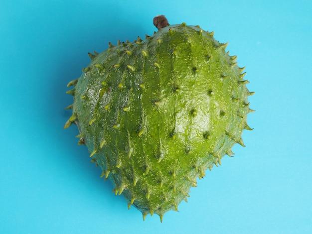 Owoce soursop przeciw błękitnemu.