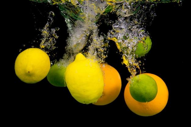 Owoce spadają do wody.