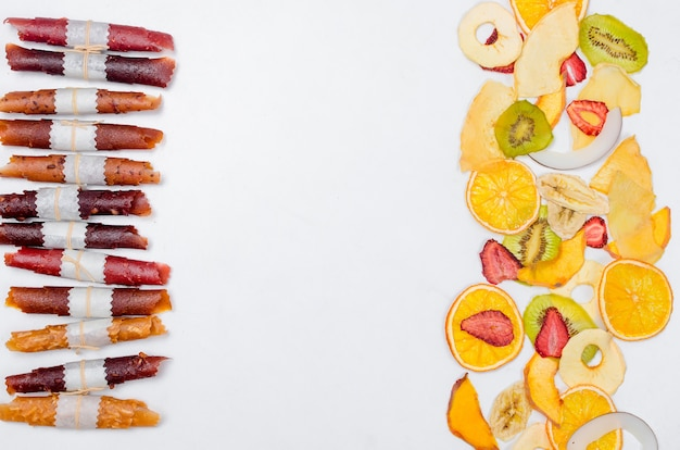 Owoce suche chipsy i owoce bułki trocinowe