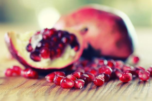 Owoce świeże czerwone nasiona granatu