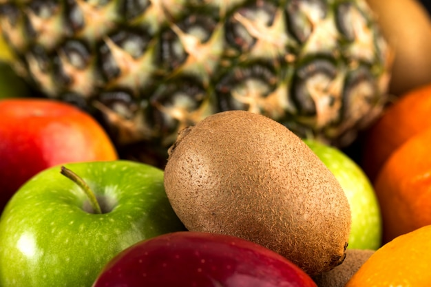 Owoce świeże, łagodne idealne jabłka kiwi i inne owoce na specjalnym biurku