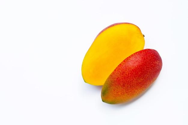 Owoce tropikalne, mango na białej powierzchni. widok z góry