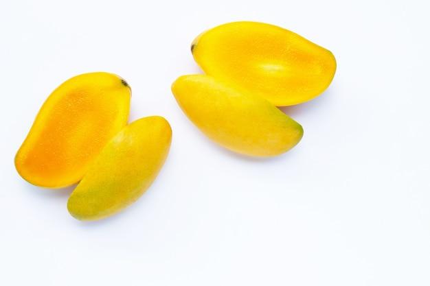 Owoce tropikalne, mango na białym tle. widok z góry