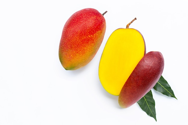 Owoce tropikalne, mango na białym tle.