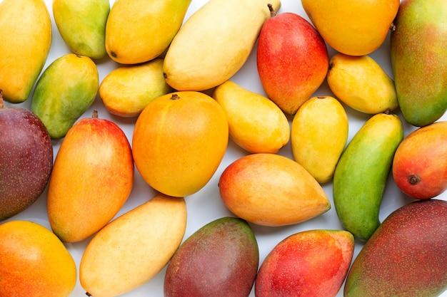 Owoce tropikalne, mango na na białym tle. widok z góry