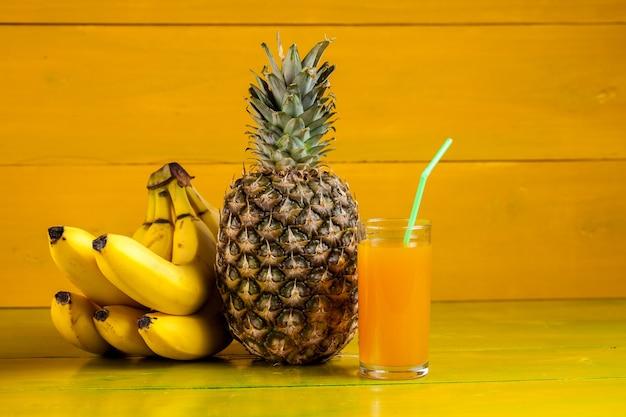 Owoce tropikalne na żółtym drewnianym, świeżym jedzeniu.
