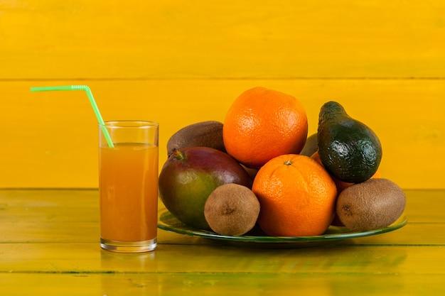 Owoce tropikalne na żółtym drewnianym