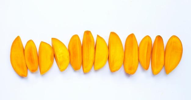 Owoce tropikalne, plastry mango na białej powierzchni. widok z góry