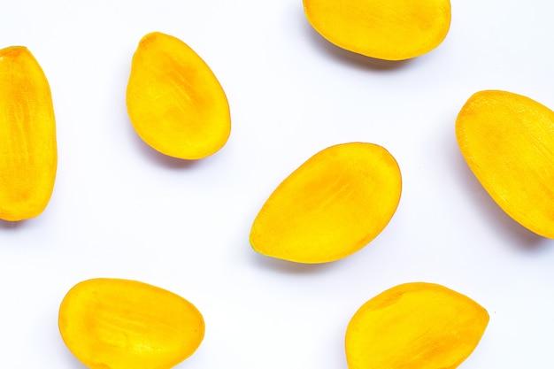 Owoce tropikalne, plastry mango na białym tle. widok z góry