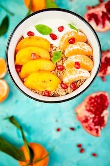Owoce tropikalne śniadanie jogurt domowej roboty granola. zdrowy