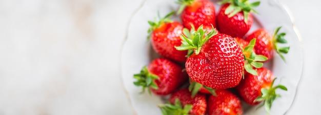 Owoce truskawek jagody dojrzały słodki deser keto lub paleo dieta wegańska lub wegetariańska