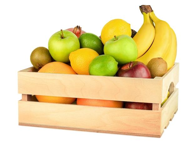 Owoce w drewnianym pudełku na białym tle na białym tle
