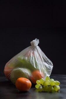 Owoce w plastikowej torbie. zdjęcie pokazuje szkodliwe działanie plastikowych toreb na żywność.