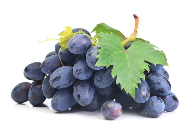 Owoce winogron na białym tle