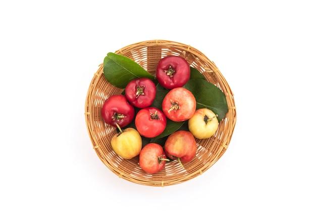 Owoce wiśni acerola na białym tle. widok z góry, płasko świeckich.