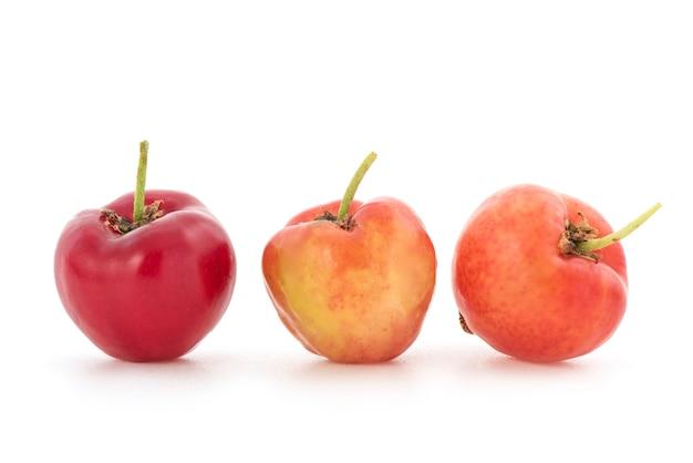 Owoce wiśni acerola na białym tle.