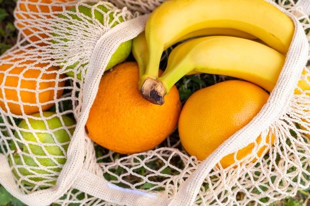 Owoce z bliska w torbie wielokrotnego użytku
