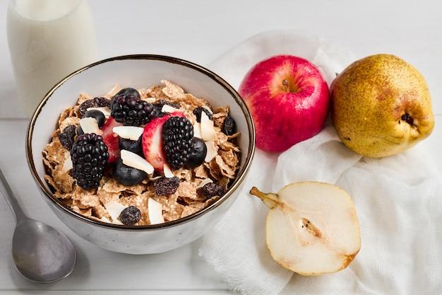 Owoce zbożowe i leśne w misce z mlekiem
