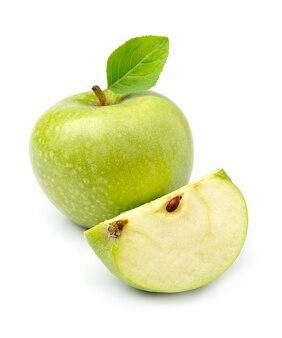Owoce zielone jabłko i pokrojone jabłka na białym tle