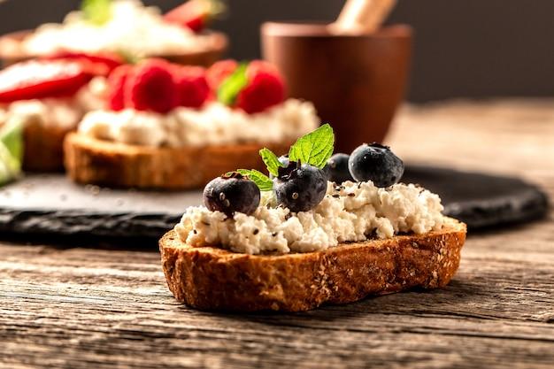 Owocowa bruschetta z serem, świeże jagody, pyszne śniadanie lub przekąska