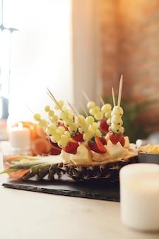 Owocowa przekąska na stole
