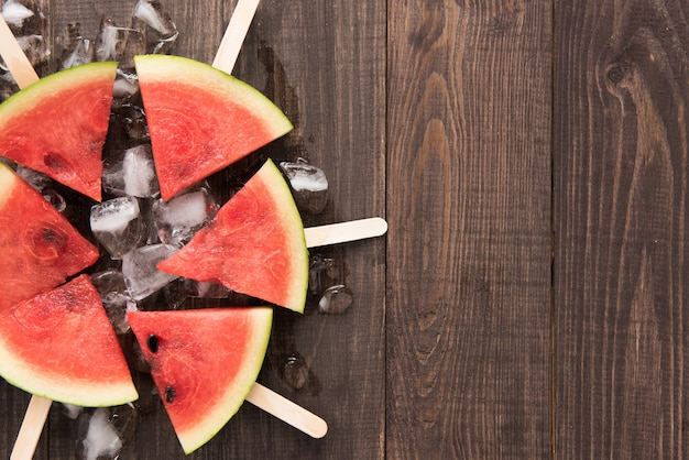Owocowego lody pokrojony arbuz na drewnianym tle