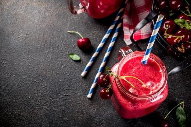 Owocowy napój witaminowy. domowy koktajl wiśniowy