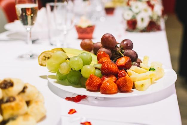 Owocowy talerz na ślubnym świętowania przyjęciu