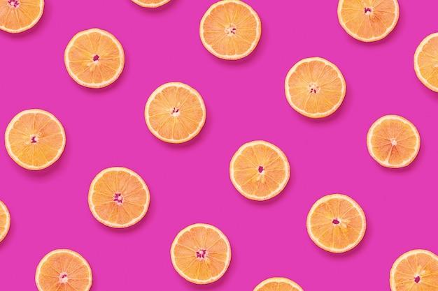 Owocowy wzór plasterków cytryny na różowo.