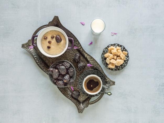 Owsianka jęczmienna z daktylami i filiżanką kawy