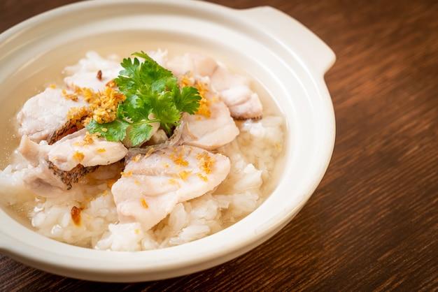 Owsianka lub gotowana zupa ryżowa z miską rybną