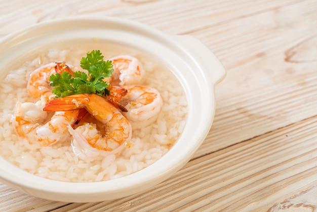 Owsianka lub gotowana zupa ryżowa z miską z krewetkami