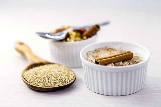 Owsianka lub wegański krem orzechowy, komosa ryżowa i cynamon. deser bez składników pochodzenia zwierzęcego